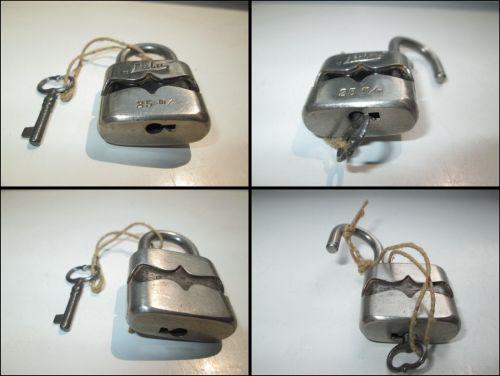 Lacat mic metalic vechi marcat LULU 25mm. perioada cca 1900, stare foarte buna, functionabil. Design