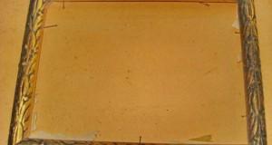 Rama aurie veche din lemn cu model deosebit. Marimi exterioare-33.5_25cm, interior-28.5_20.5cm. Rama