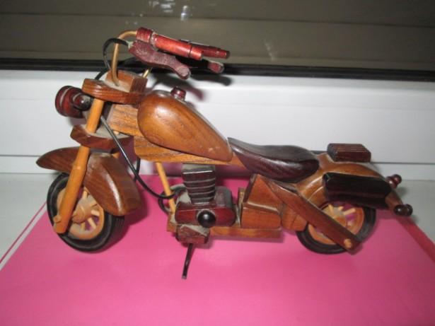 4089-MOTOCICLETA Vintage din lemn in stare buna.