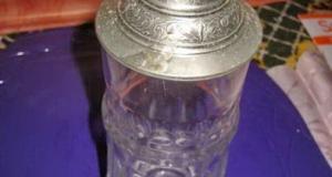 Halba din sticla cu capac metalic si design floral.