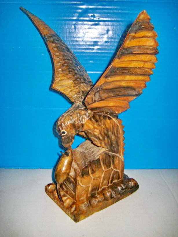 7805a-Vultur-Acvila atacand soarece statuieta lemn stare buna.