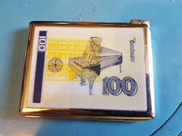 B658-Tabachera cu bancnota 100 DM Germania cu bricheta.