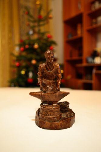 Figurina veche fierar-potcovar din rasina, semnata Bidal
