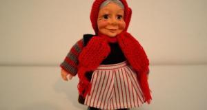Figurina bunicuta din ceramica, imbracata traditional, marca Pobra, din Danemarca