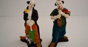 Set 2 figurine: clovn cu umbrela si catel si clovn cantand la saxofon, din ceramica, fabricati si pi