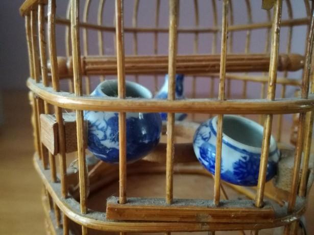 Colivie Veche Asiatica Sculptata Din Bambus Cu Vase Din Portelan