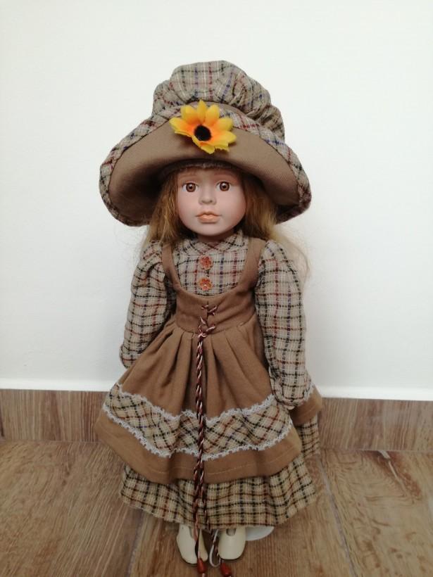 Minunata PAPUSA DIN PORTELAN cu rochie scolareasca, DE COLECTIE