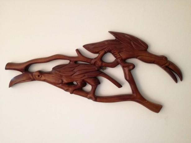 Sculptura din lemn pelicani pe ramuri