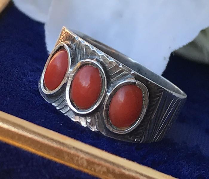 Inel argint coral rosu gravat