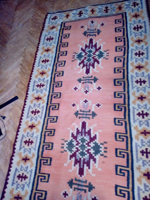 Covor de lana tradițional țesut la rasboi