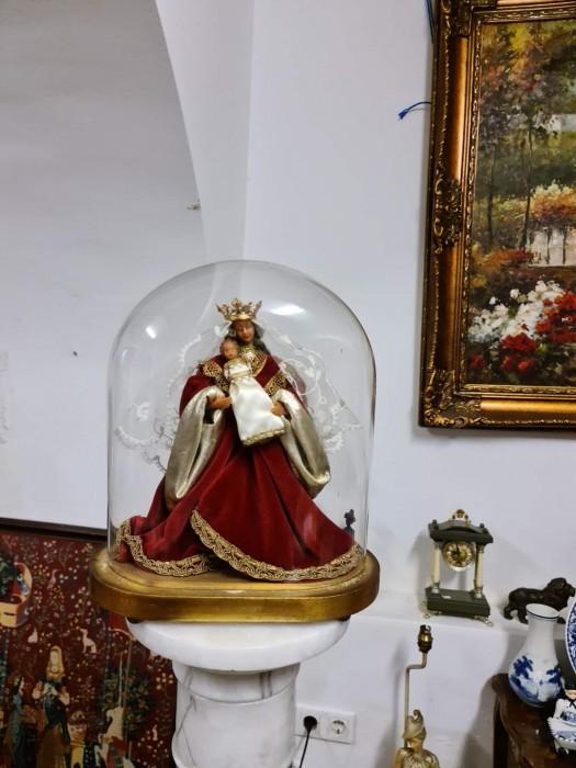 Statueta Fecioara Maria cu Pruncul în cupola din sticla