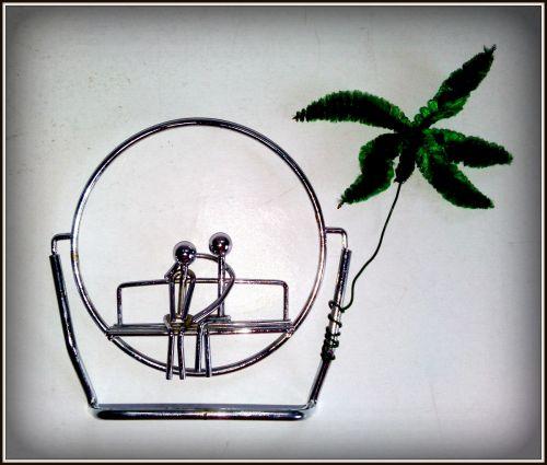 Ansamblu miniatural - indragostiti pe banca, realizat din metal cromat