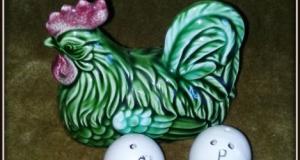 Ansamblu miniatural cu recipiente pentru sare si piper, reprezentamd o gainusa pe oua
