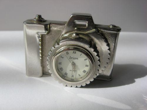 Ceas miniatura, cu baterie, reprezentand un aparat foto.
