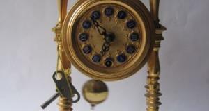 Ceas vechi de semineu, placat cu aur, avand cifrele din portelan, perioada interbelica, provenienta