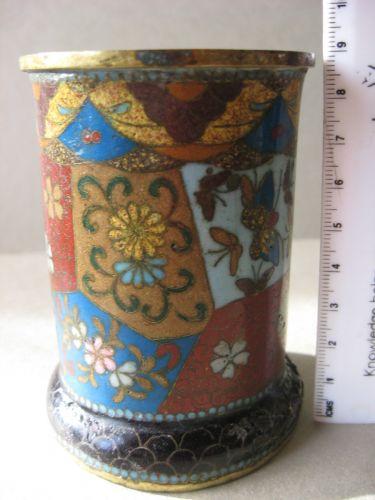 Vas vechi, provenienta China, executat in tehnica cloisonne, sec. XIX. Vasul are inaltimea de 9 cm s