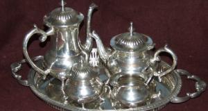 Serviciu pentru servit ceai sau cafea, confectionat din alpaca, placat cu argint. Serviciul este din