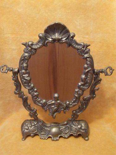 Oglinda veche, confectionata din bronz (stil baroc), masiva, perioada interbelica. Obiectul are dime