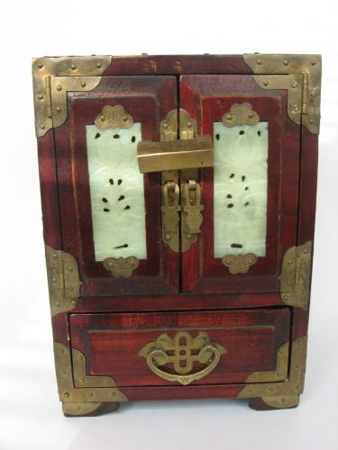 Cutie veche pentru bijuterii, provenienta China, perioada anilor 1960, confectionata din lemn de tra