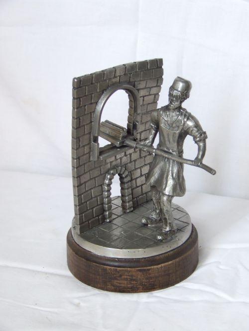 Statueta - (brutar) - confectionata din zinc placata cu argint,semnata
