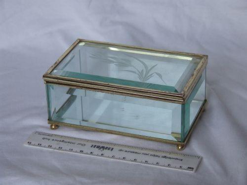 Casetuta pentru bijuterii, confectionata din metal si cristal.