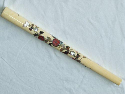 Obiect de cult japonez confectionat din fildes cu intarsii din sidef si agat; lungime 25 cm, secolul