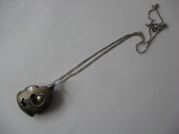 Pandantiv vechi, cu lant, confectionate din argint, marcate.