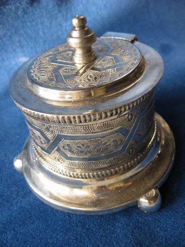 Caseta de bijuterii, confectionata din alpaca argintata.