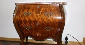 Eleganta comodina franceza cu intarsie, furnir deosebit ,aplicatii din bronz si placa din marmura