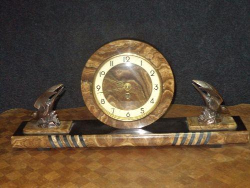 Un superb ceas de semineu de dimensiuni mari in stilul Art-Deco din marmura masiva si bronzuri,stare