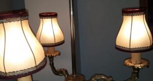 Ceas de semineu cu sfesnice in stilul Art-Deco din marmura,mecanic,functional stare foarte buna