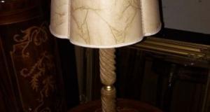 Lampadar deosebit in stilul Baroc cu talpa din marmura cu alama,functionala,stare impecabila,60 cm h